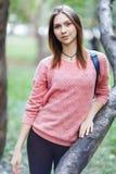 Foto van jonge vrouw in roze jasje op gang royalty-vrije stock afbeelding