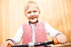 Foto van jongen met cyclus stock foto