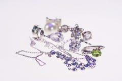 Foto van juwelenoorringen en kettingen stock afbeeldingen