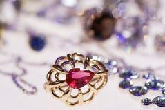 Foto van juwelenringen en kettingen stock foto