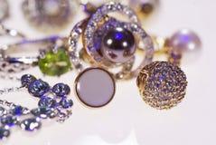 Foto van juwelenringen en kettingen stock afbeelding
