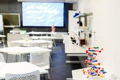 Foto van klaslokaal voor chemie met microscopen Stock Afbeeldingen