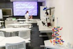 Foto van klaslokaal voor het uitoefenen van chemie met leraar Stock Fotografie