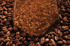 Foto van koffiebonen en glaskruik met onmiddellijke koffie op bruine achtergrond Stock Fotografie