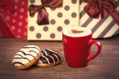 Foto van kop van koffie en donuts op prachtige giftenbackgro Stock Fotografie
