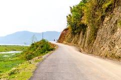 Foto van lege weg met heuvel in het omringen dichtbij Pokhara-Meer in Katmandu Nepal Breuk in portret, landschap, het brede scher stock foto's