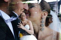 Foto van mooi paar op aard in houten hut Royalty-vrije Stock Foto's