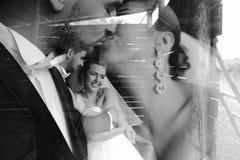 Foto van mooi paar op aard in houten hut Royalty-vrije Stock Afbeeldingen