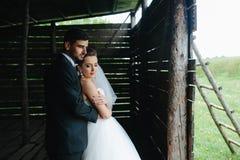 Foto van mooi paar op aard in houten hut Stock Foto's