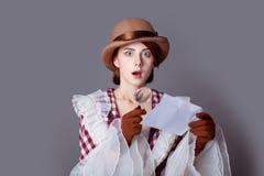 Foto van mooie jonge vrouw in uitstekende kleding met het overdrijven Stock Fotografie