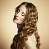 Foto van mooie jonge vrouw. Uitstekende stijl Stock Afbeeldingen