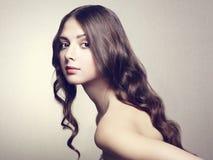 Foto van mooie jonge vrouw. Uitstekende stijl Stock Fotografie