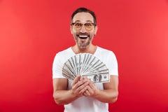 Foto van opgewekt en rijke man in het toevallige witte t-shirt glimlachen Royalty-vrije Stock Afbeeldingen