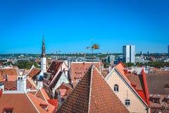 Foto van oude daken van huizen in de stad van Tallinn stock fotografie