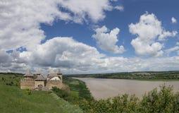 Foto van oude Khotyn fortess, kasteel in de Oekraïne in de dagtijd in de zomer Panorama met mooi bewolkt blauw stock foto's