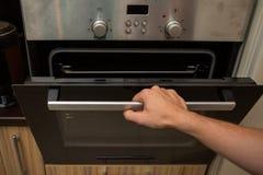 Foto van oven en menselijke hand stock foto's