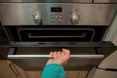 Foto van oven en menselijke hand stock foto