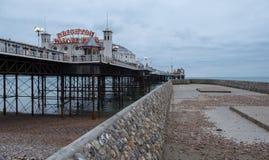 Foto van Paleispijler, Brighton, Sussex het UK, met pier op recht royalty-vrije stock fotografie