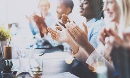 Foto van partners die handen na bedrijfsseminarie slaan Professioneel onderwijs, het werkvergadering, presentatie of het trainen