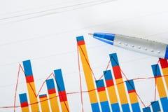 Foto van pen en de groeigrafieken Stock Afbeeldingen