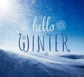 Foto van sneeuwstorm in zonnige dag met Hello-de Winter het van letters voorzien stock afbeelding