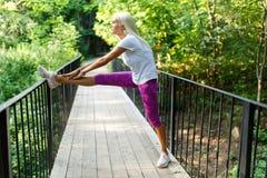 Foto van sportenvrouw op houten brug Stock Afbeelding