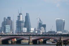 Foto van Stad die van de horizon van Londen nieuwe gebouwen in het financiële district en gebouwen in aanbouw tonen Royalty-vrije Stock Fotografie