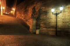 Foto van standbeeld en lamp, het Kasteel van Praag, Tsjechische republiek Stock Foto