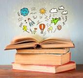 Foto van stapel oude boeken het hoogste boek is open met reeks van infographics verbeelding en onderwijsconcept royalty-vrije stock afbeeldingen