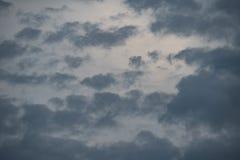 Foto van stormachtige hemel met donkere wolken na onweersbui Royalty-vrije Stock Afbeeldingen