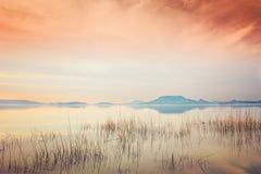 Foto van toneelzonsondergang en meer Balaton in Hongarije Royalty-vrije Stock Foto