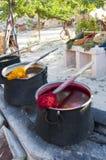 Foto van Traditionele kleurstofpotten voor garen Stock Afbeeldingen