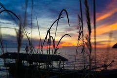 Foto van tropische hemel bij zonsondergang Zeegezicht Zon in de wolken over overzees Strand Caraïbisch oceaan Horizontaal beeld Royalty-vrije Stock Fotografie