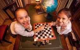 Foto van twee meisjes die schaak spelen Royalty-vrije Stock Foto's