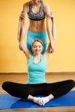 Foto van twee sportenmeisjes stock fotografie