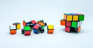 Foto van vele kleine die kubussen op witte achtergrond worden geïsoleerd Stock Foto