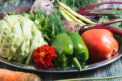 Foto van verse groenten op houten lijst Stock Afbeeldingen