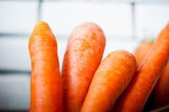 Foto van verse wortelen in een houten doos Stock Foto's