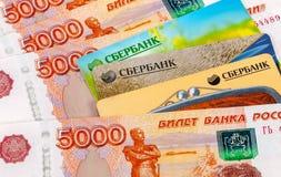 Foto van VISUM en de creditcard van Mastercard met Russische roebels Royalty-vrije Stock Afbeelding