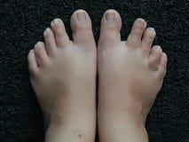 Foto van voeten op een zwarte deurmat royalty-vrije stock fotografie