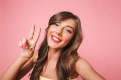 Foto van vrolijke mooie vrouwenjaren '20 met het lange bruine haar glimlachen Stock Fotografie