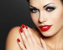 Foto van vrouw met manier rode spijkers en lippen Royalty-vrije Stock Afbeelding