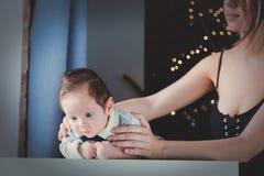 Foto van weinig zuigeling en moeder` s handen stock fotografie