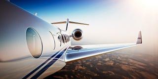 Foto van Wit Luxe Generisch Ontwerp Privé Jet Flying in Blauwe Hemel bij zonsondergang De verlaten achtergrond van woestijnbergen Stock Afbeeldingen