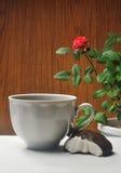 Foto van witte kop met heemst op houten achtergrond met roze installatie Stock Fotografie