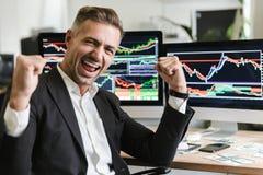 Foto van zich het zekere zakenman verheugen terwijl het werken in bureau met digitale grafiek en grafieken royalty-vrije stock foto