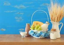 Foto van zuivelproducten over houten lijst Symbolen van Joodse vakantie - Shavuot stock afbeelding