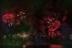 Foto variopinta astratta, confusa, stile bokeh dei fuochi d'artificio sopra il fiume durante il nuovo anno fotografia stock