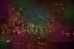 Foto variopinta astratta, confusa, stile bokeh dei fuochi d'artificio sopra il fiume durante il nuovo anno fotografia stock libera da diritti