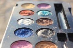 A foto velha retro do vintage do pallette compõe, forma de 60s 70s, azul, branco, fim brilhante do macro acima Imagem de Stock